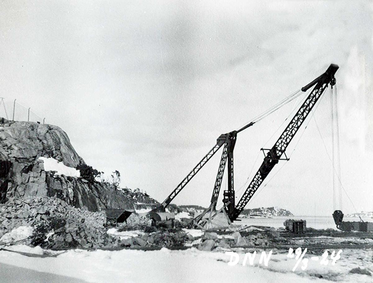 """""""29/03-1924"""" Nitriden. Montasje av kran på østre kai."""