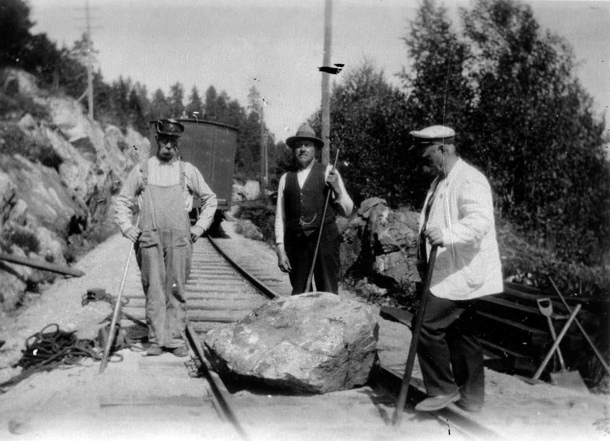 Åmlibilder samlet av Åmli historielag Jernbanen stengt av stor stein