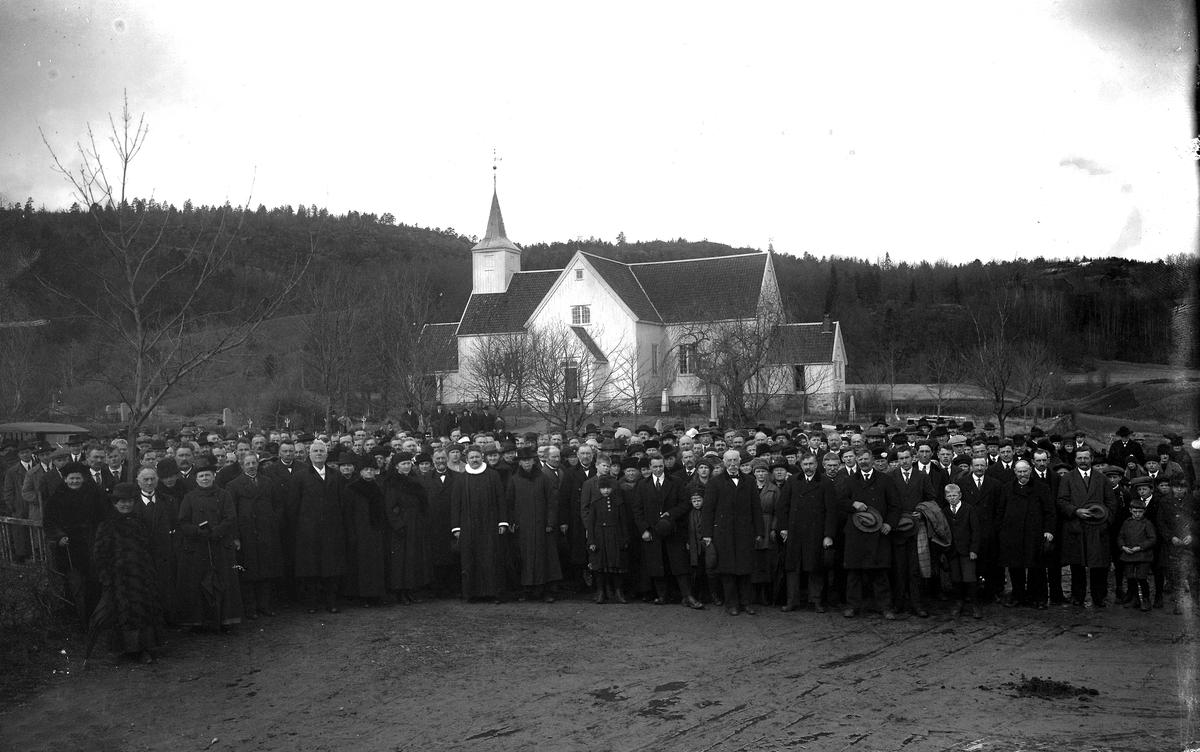Stor gruppe utenfor Landvik kirke