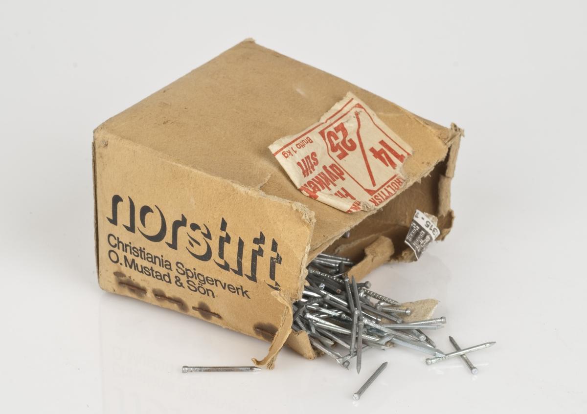 Spiker av stål i en pappeske.