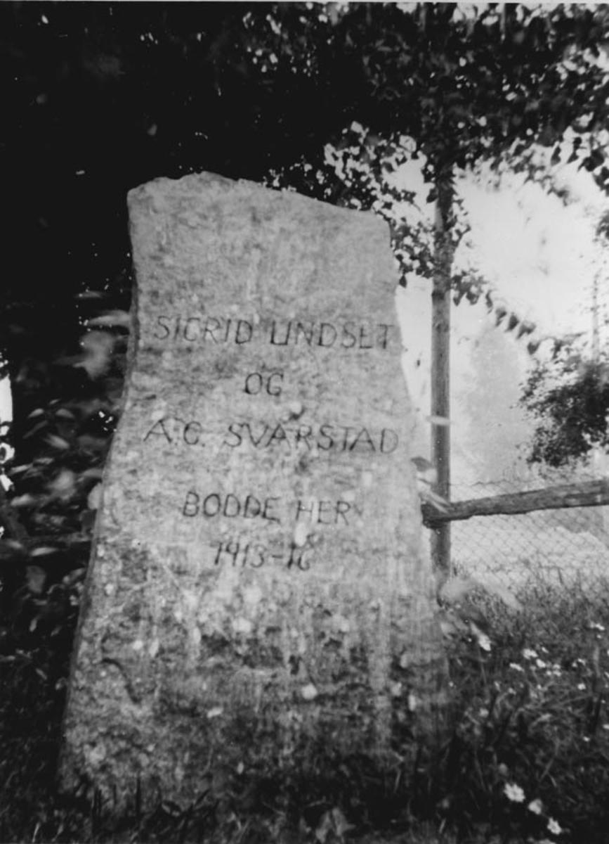 Minnestein for Sigrid Undset og A. C. Svarstad.