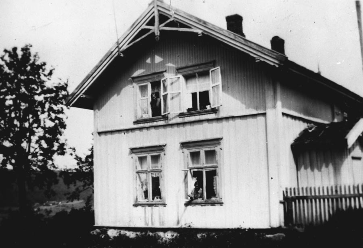 Kjustad. Hovedbygningen før ommbygging i 1933-1934.