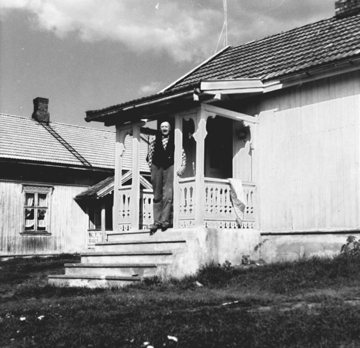 Gamlebyggningen, Olaf Strandengen på trappen.
