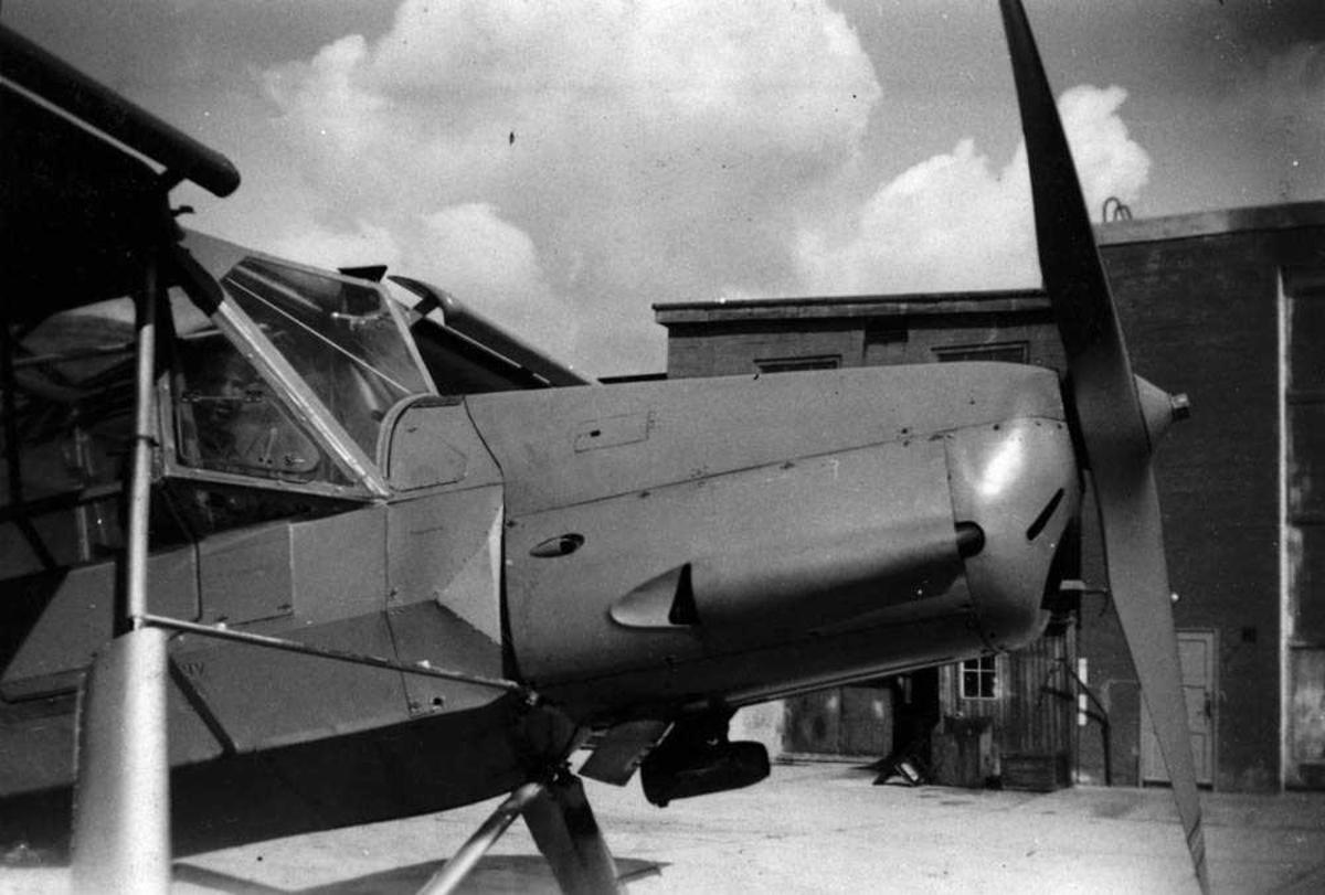 """Et tysk """"Fieseler Storch""""-fly ved flyklargjøringen. Hangar 4 i bakgrunnen."""