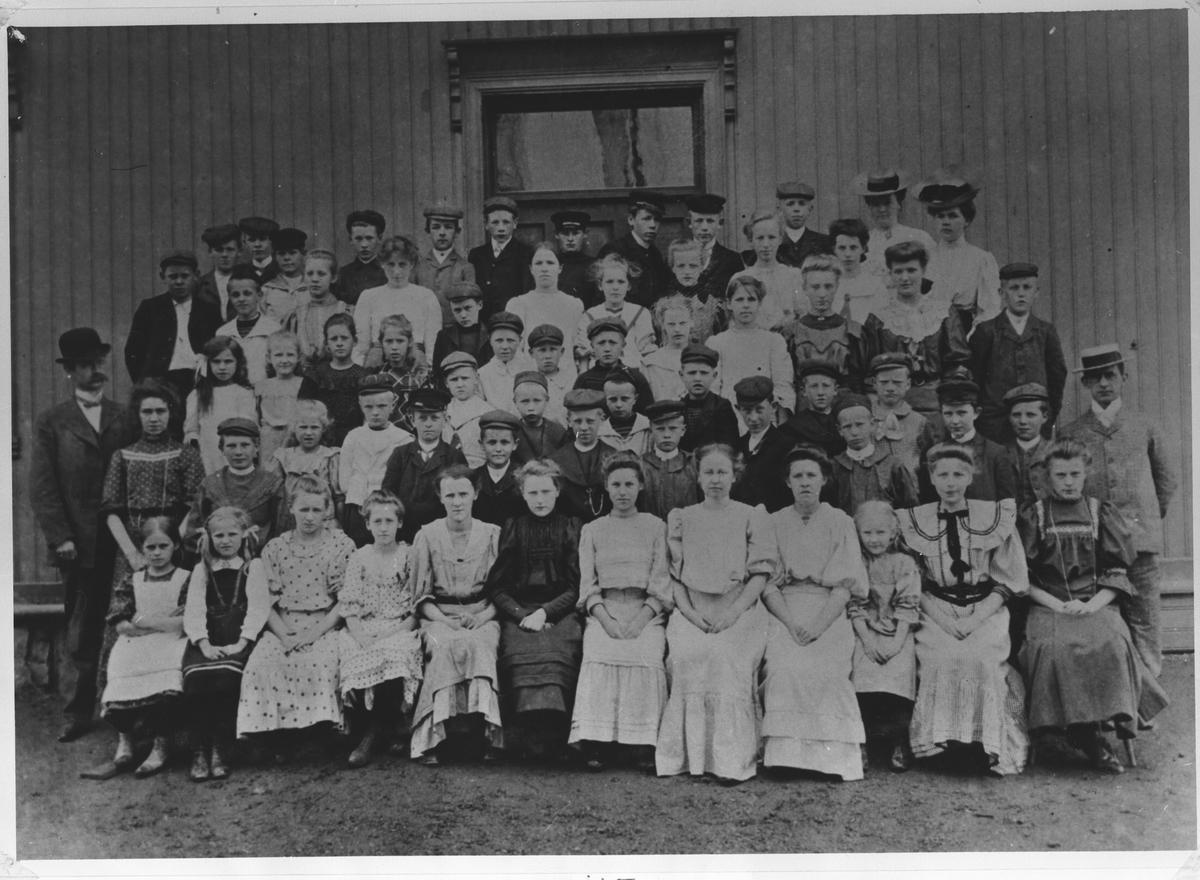"""""""Bolerudsgården"""" med elever og lærere."""