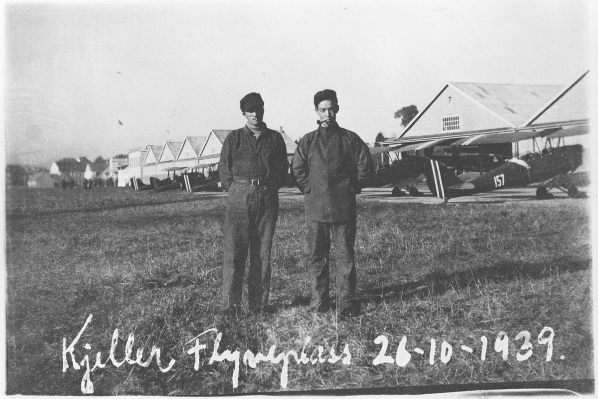 Nøytralitetsvakt på Kjeller 1939. Fly oppstilt foran hangarene.