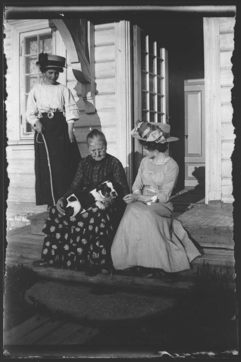 Gautbakken,Sagdalen. Bestyrer Larsen med familie.