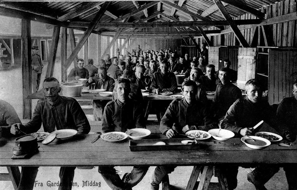Middag i militærleir på Gardermoen