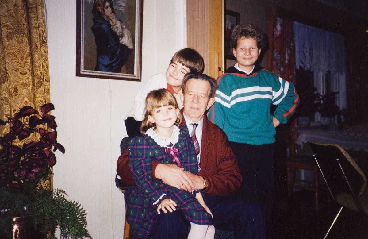 Bestefar på Torp med barnebarn 1991