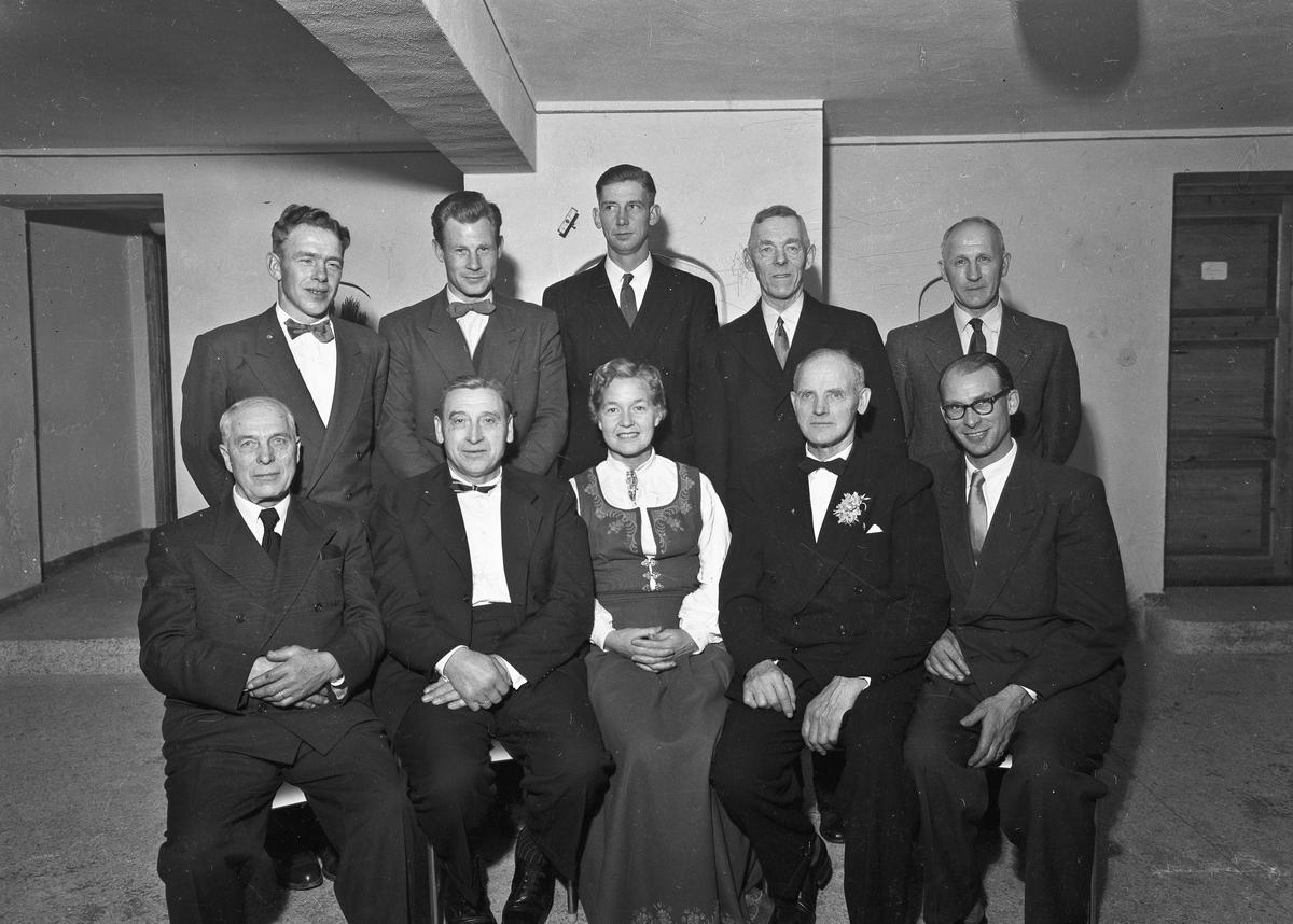 Landbruksforeningen på Breidablikk. 1957.  Foran fra v.: X, X, X, Jens Røkholt, Knut Skatvedt.  Bak fra v.: Åge Røsrud, Håvard Lynes, X, Bjarne Venger, X.