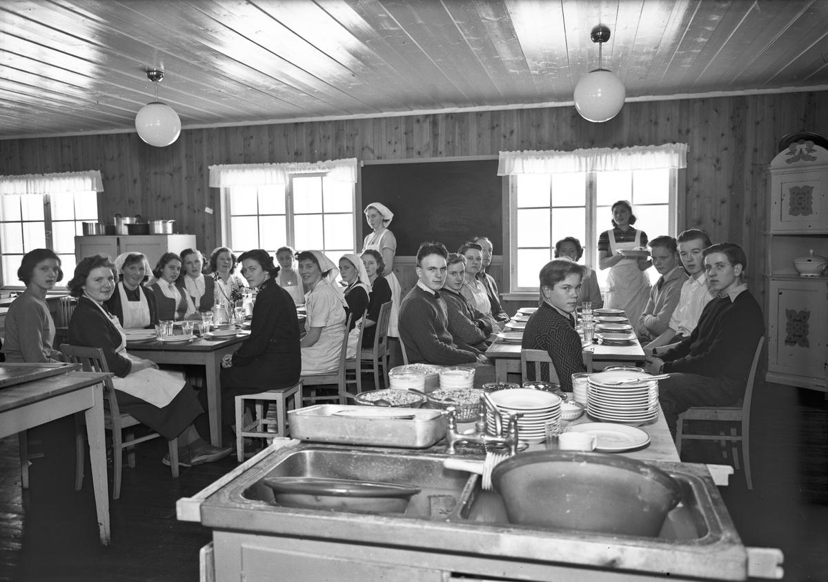 Aasnes Fylkesskole, Flisa. Elevene spiser på skolekjøkkenet.