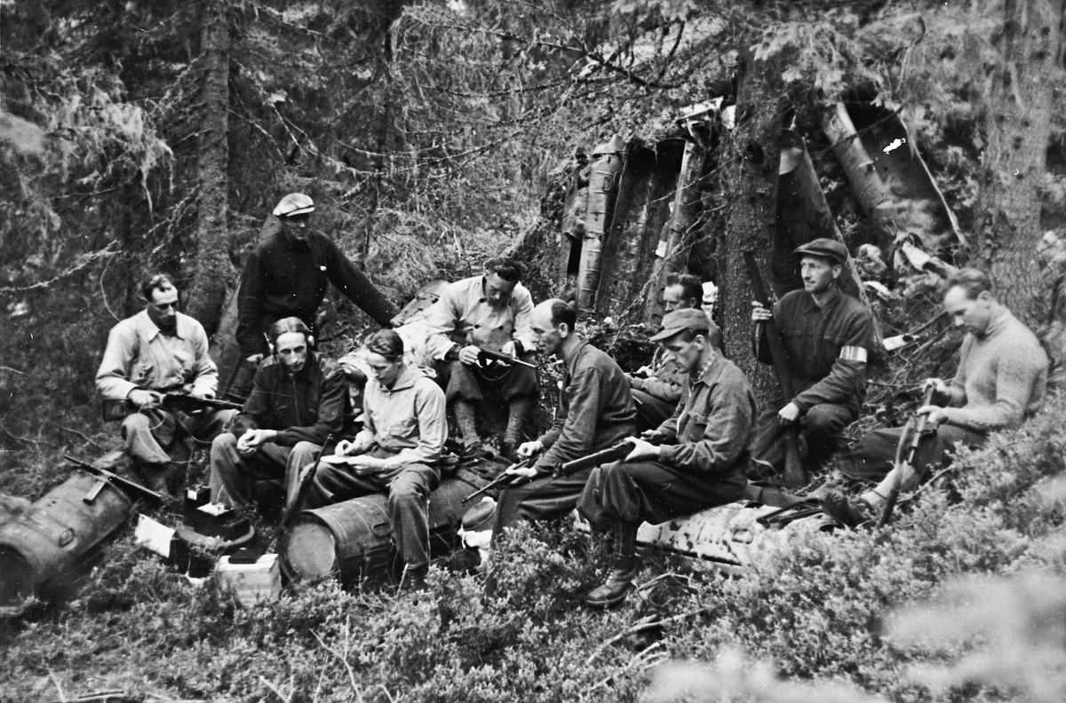 """Hjemmestyrker pakker ut utstyr fra flyslipp. Tidlig i mai 1945. Hjemmestyrker fra Minnesundområdet – """"Tropp 6, Minnesund Øst."""""""