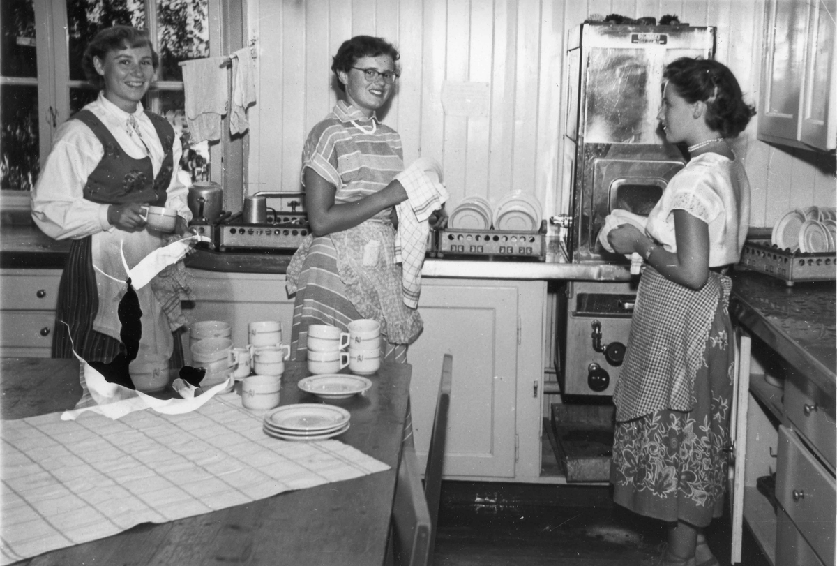 Kvinner på et storkjøkken.