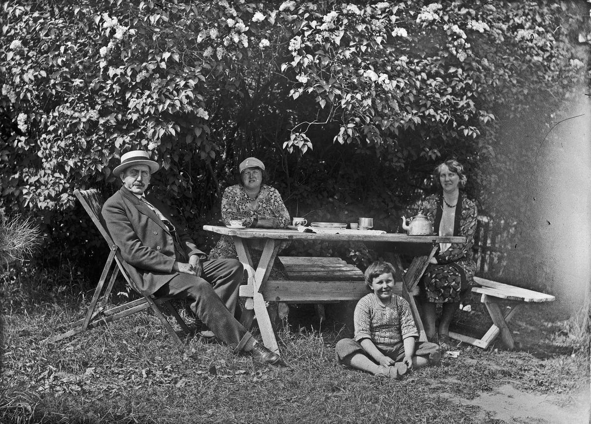 Fra venstre: Alf Toftner, Fru Bjercke, Tekka (søster til Fru Bjercke). Foran: Louis Toftner.
