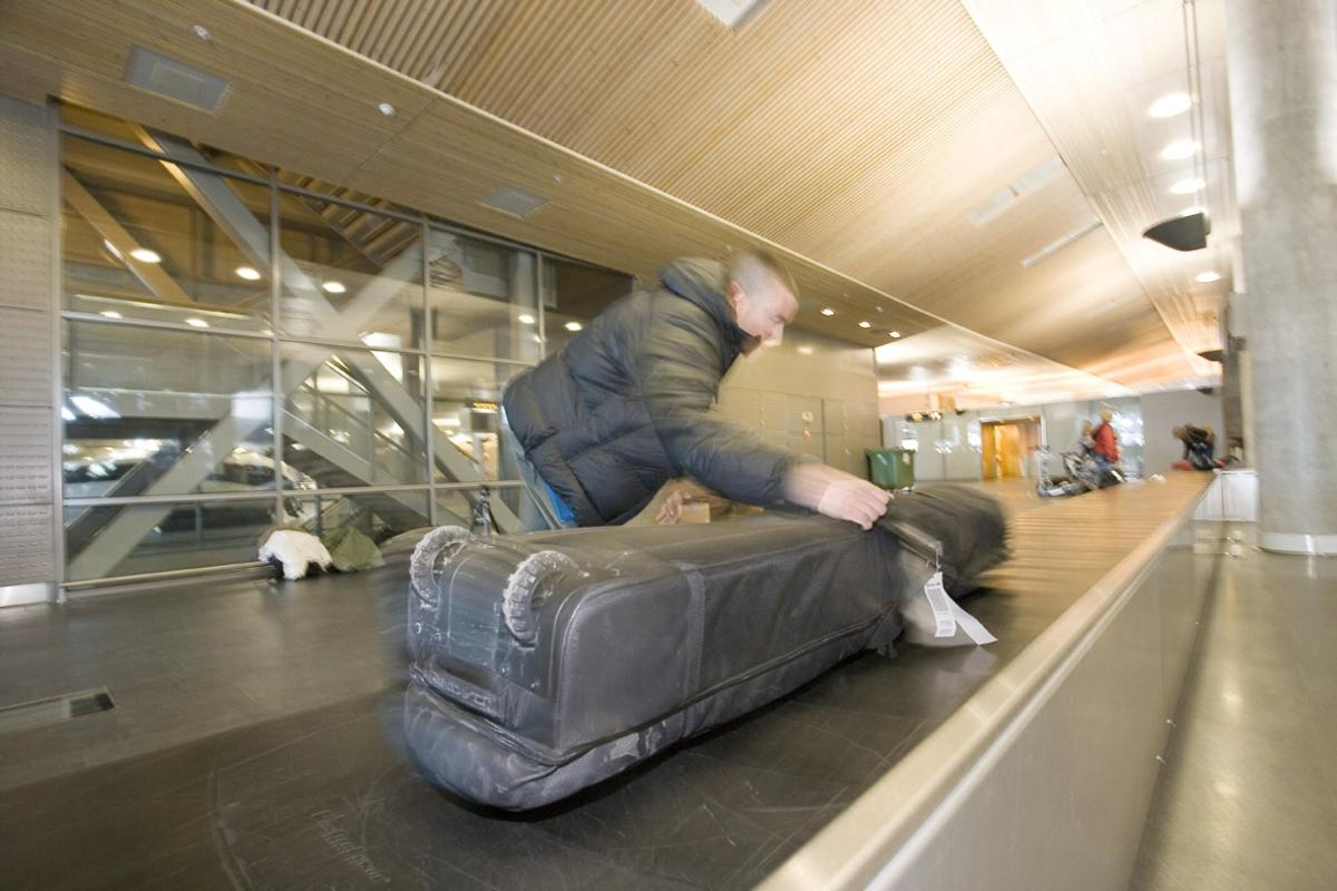 Vesker. Bagasjeutlevering innland. Ski-bagasje hentes fra bagasjebåndet. Fotodokumentasjon i forbindelse med dokumentasjonsprosjekt - Veskeprosjektet 2006 - ved Akershusmuseet/Ullensaker Museum.