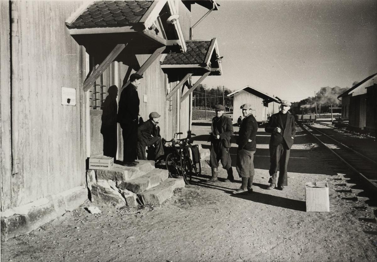 Skifting på Løken stasjon. Lokalbefolkningen møtes på stasjonen når toget kommer.
