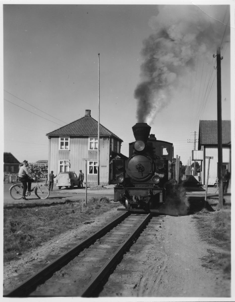 Tog 2051 til Skulerud på Finstadbru stasjon. Brødrene Borstads landhandel til høyre.
