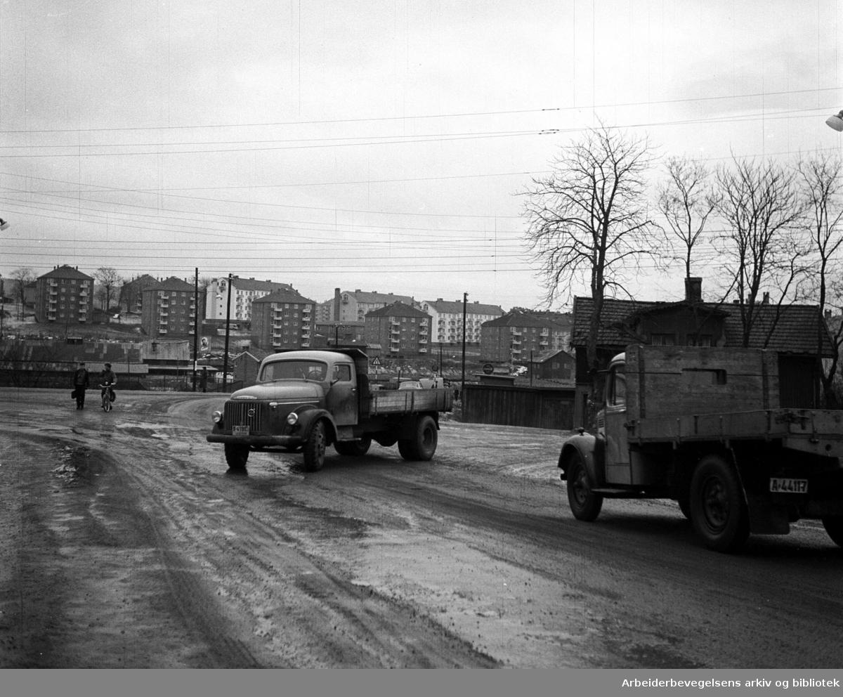 Grenseveien - Økernveien på Hasle med Hovin Tegleverk i bakgrunnen,.1957