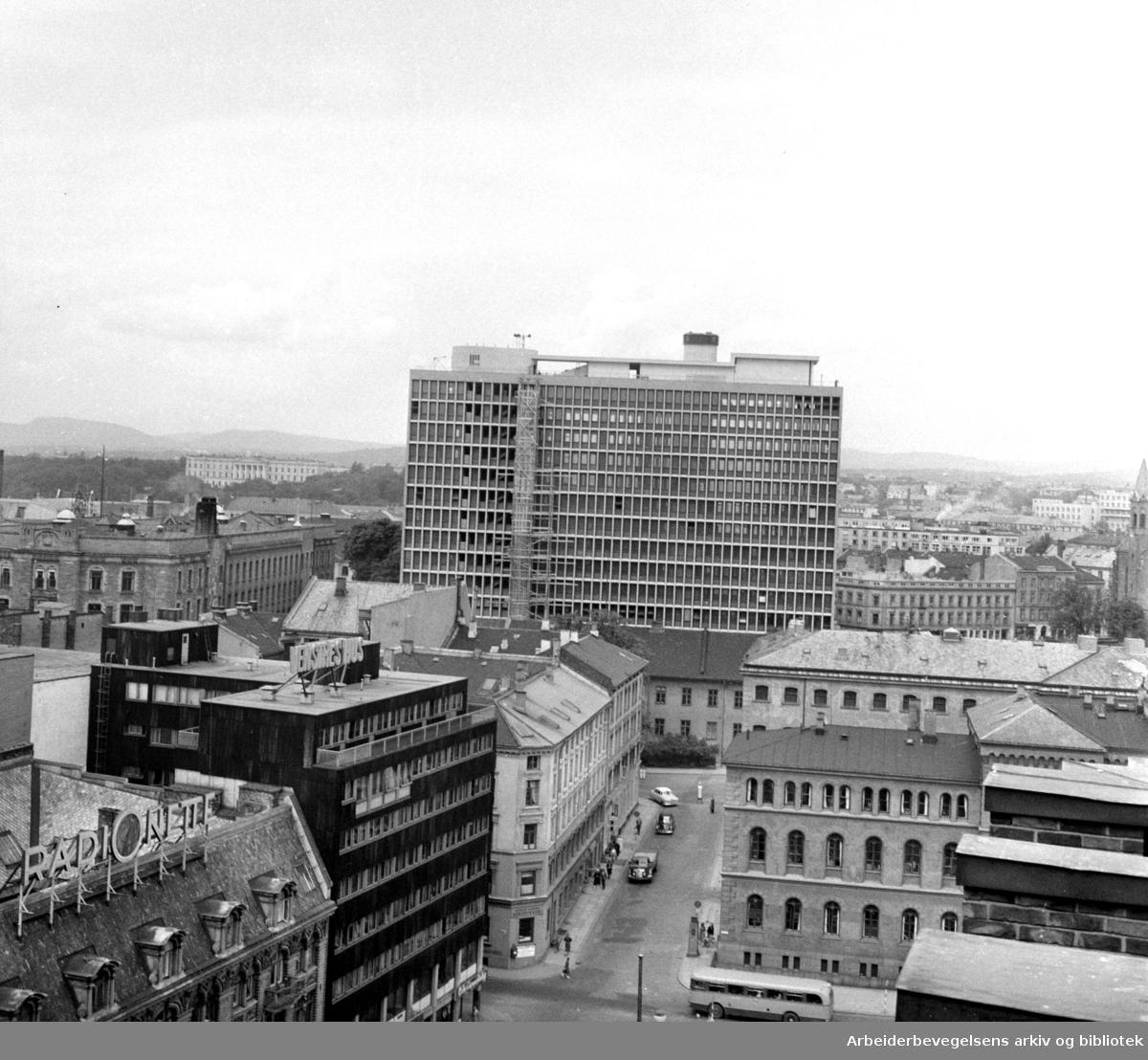 Regjeringsbygningen under bygging,.januar 1958