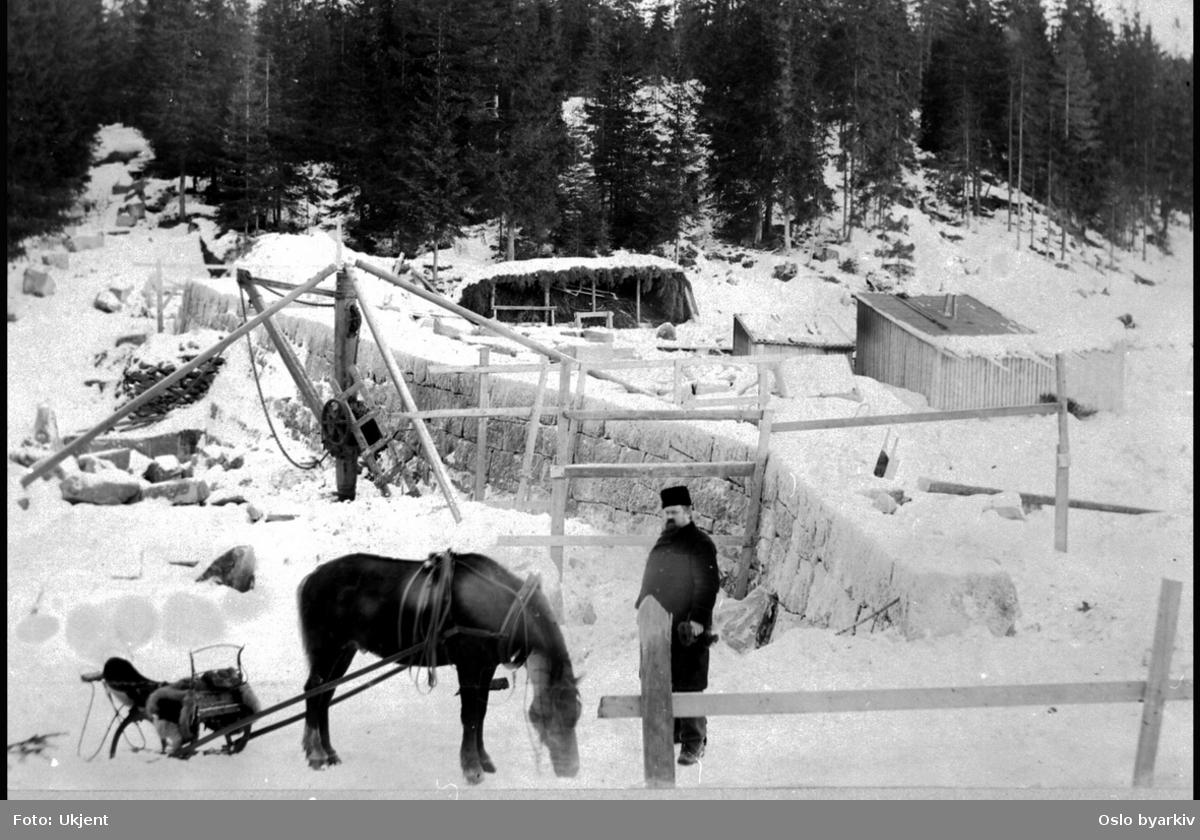 Demning, hest og kjører i forgrunnen. Vinterbilde. Muligens tatt i forbindelse med oppdemmingen av Skjærsjøen.