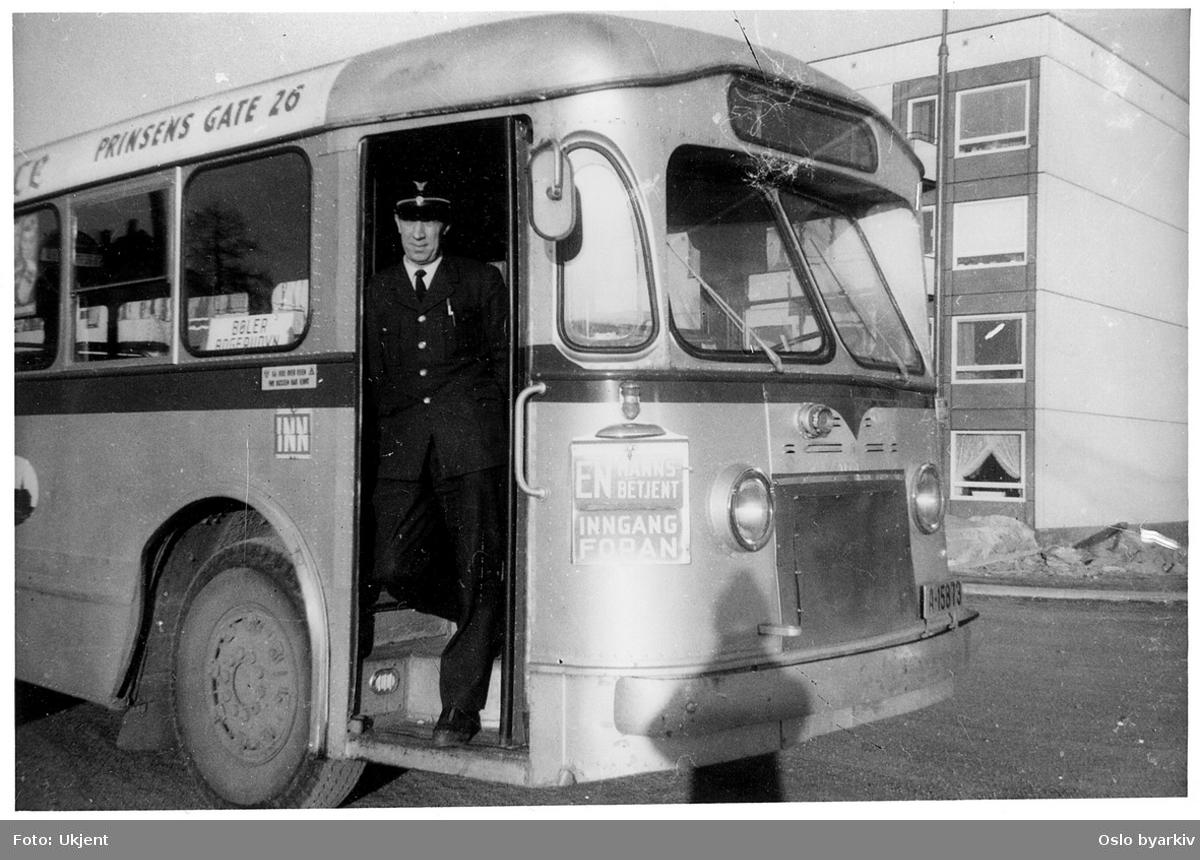 Oslo Sporveiers buss, A-15879, SV/Leyland, 1948, med sjåføren i døra