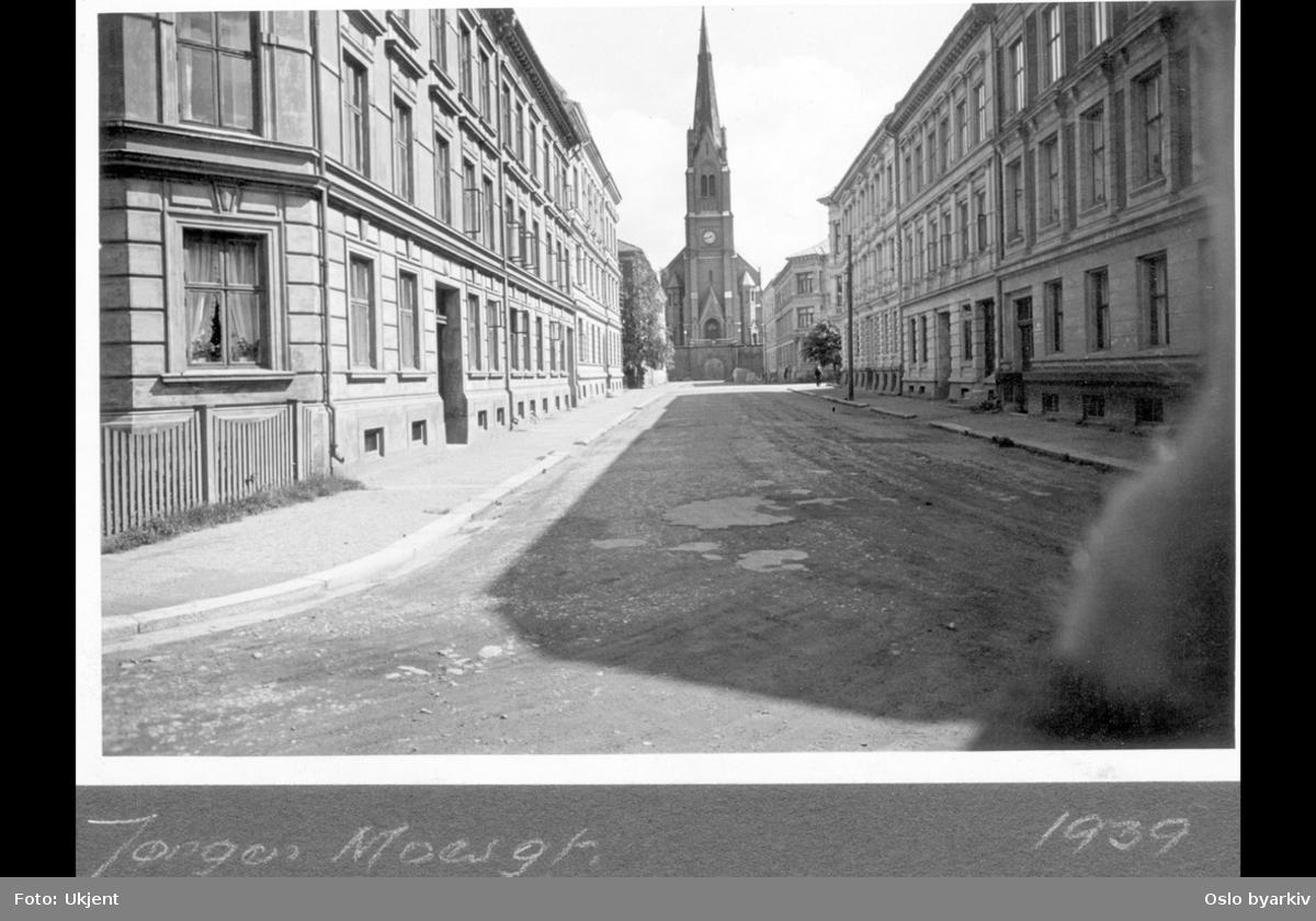 Jørgen Moes gate mot Uranienborg kirke. Bygårder.
