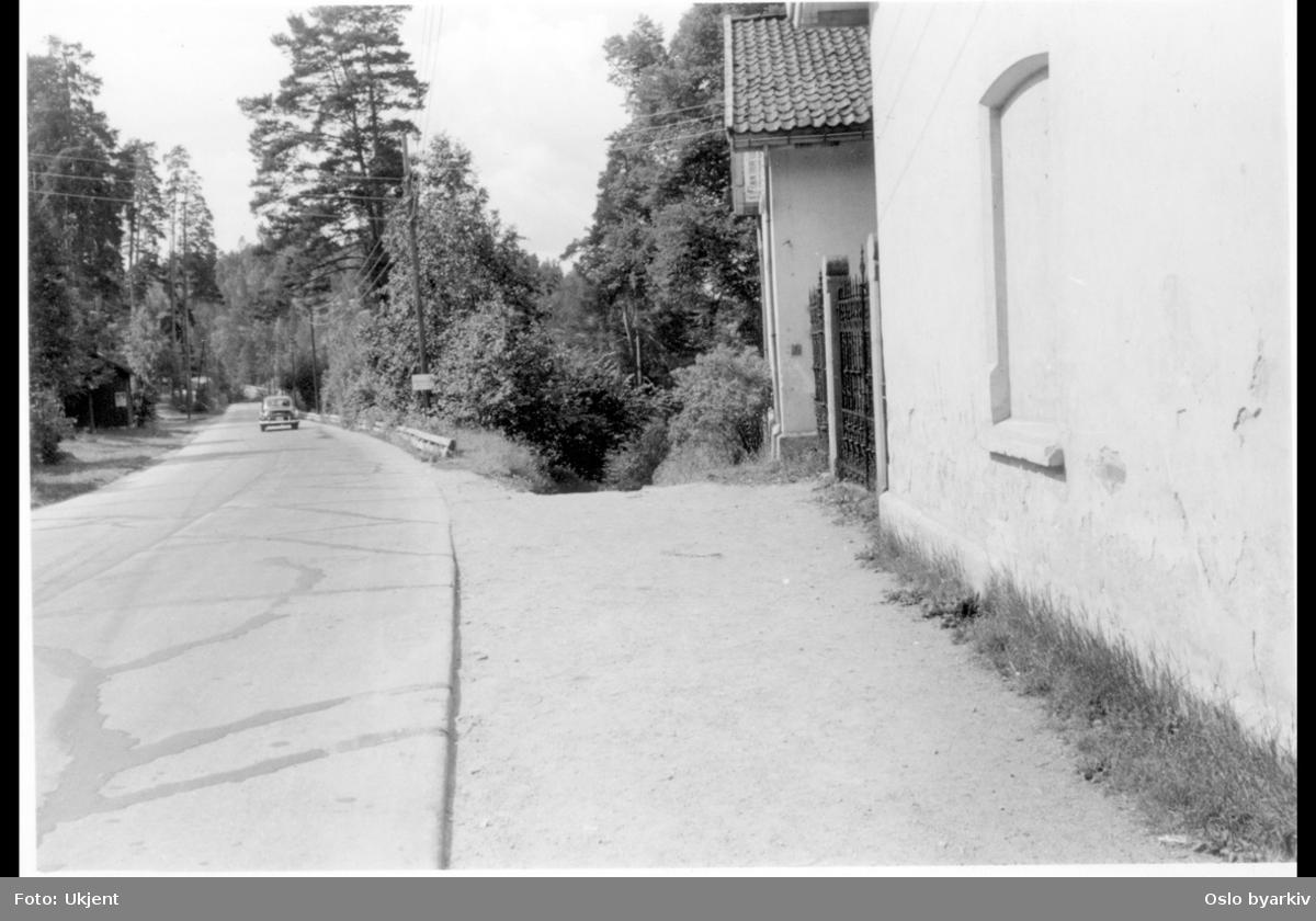 Ljansbrukveien ved portnerboligene i nummer 2 (nærmest) og 4B. (Tilhørte Stubljan gods.)