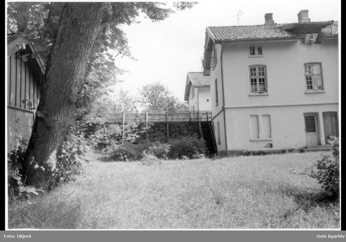 Baksiden av portnerboligene i Ljansbrukveien 4B (nærmest) og 2, sett fra syd. (Tilhørte Stubljan gods.)