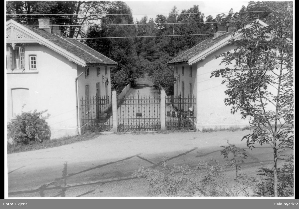Forsiden av portnerboligene i Ljansbrukveien, nr. 2 (til høyre) og nr. 4B. (Tilhørte Stubljan gods.) Inngangsport med stakittgjerde.