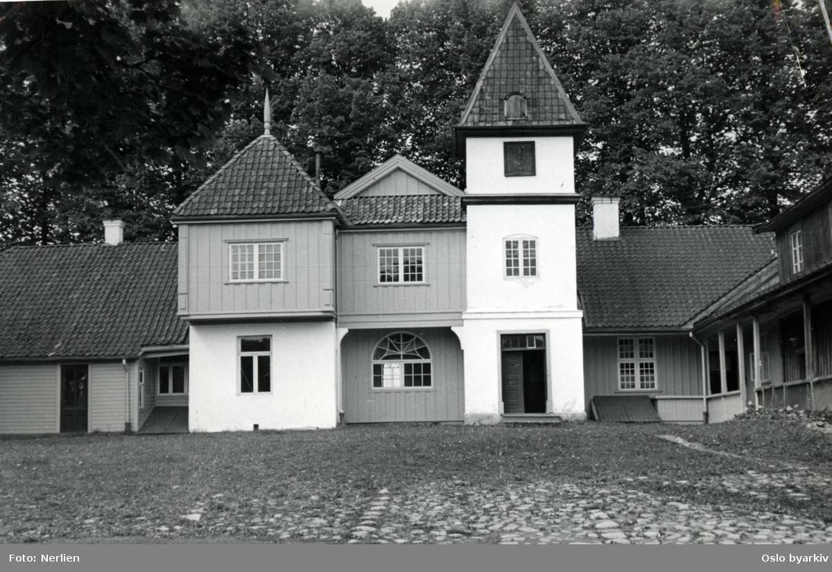 Hovedbygningen på Nordre Skøyen hovedgård (sett fra øst) med klokketårnet og litt av nordre sidefløy. Indre gårdsplass.