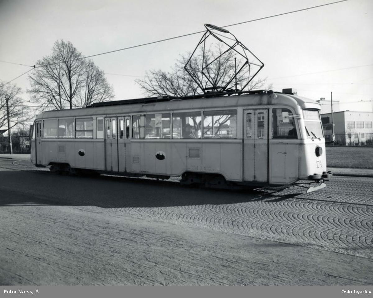 Oslo Sporveier. Gullfisk 179, E-vogn, på linje 1 ut fra den gamle trikkesløyfa ved Trondheimsveien på Sinsen.