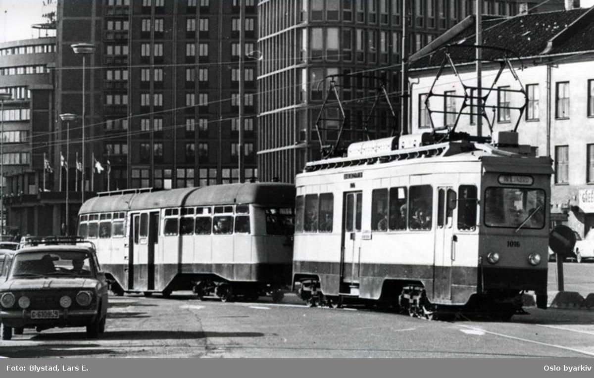 Trikk på Ekebergbanen med nummer 1016 (i drift 1933-1974) med tilhenger i Biskop Gunnerus' gate på vei mot Ljabru på linje 16. Traktorhuset og Hotell Viking bak. Fra 1970-tallet.