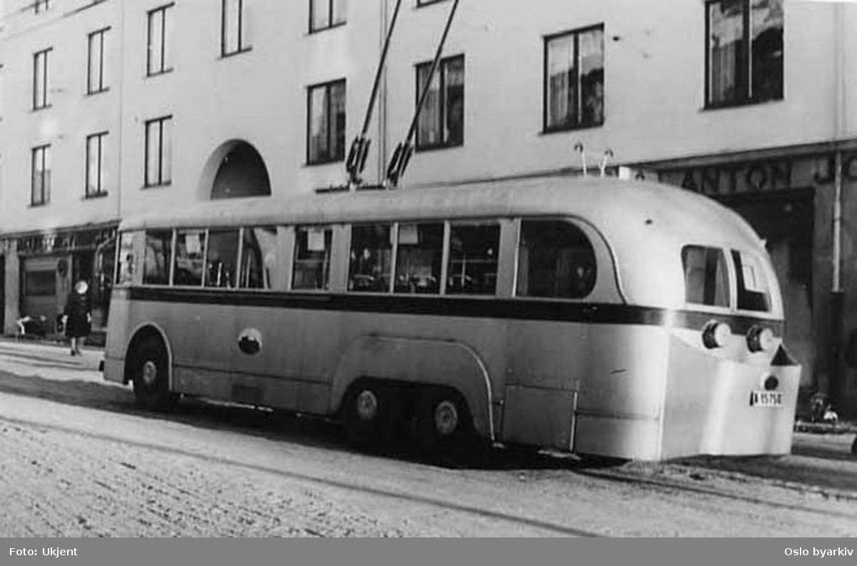 "Oslo Sporveier. Sporveiens trolleybuss A-15750 på linje 21, ""svigermor"" ved Carl Berner krysset."