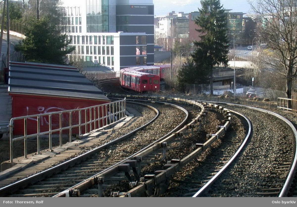 Oslo Sporveier. Lambertseterbanen. T-banevogn 1109, serie T3, på linje 2 i kurven øst for Brynseng før brua over Østensjøveien.