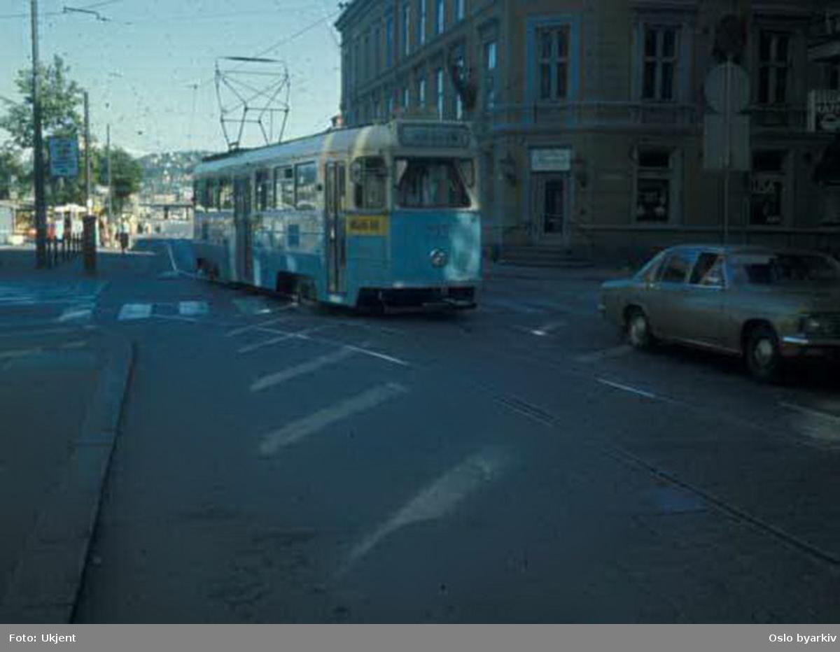 Oslo Sporveier. Trikk motorvogn 233 type Høka MBO linje 1. Sommeren 1973 og 1974 vendte linje 1 og 2 vest i et sløyfespor fra Strandgata og inn i Prinsens gate grunnet gravearbeide i Dronningens gate.