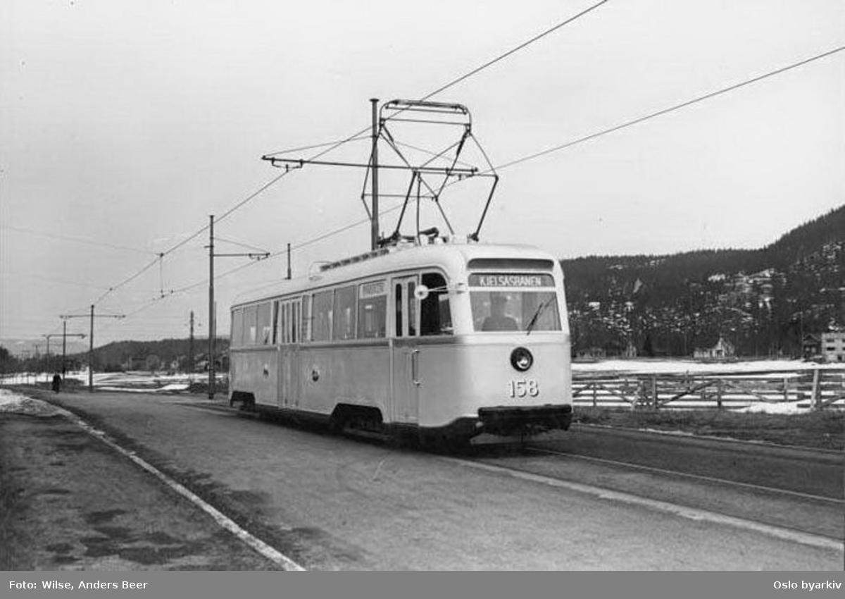 Oslo Sporveier. Trikk motorvogn 158 (prototype fra 1937) type Gullfisk B2, ute på pressevisningstur på Kjelsåsbanen, her langs Grefsenveien på Grefsenplatået februar 1937. (De seks første (prototyp)gullfiskene ble satt inn på banen, linje 4 fra Stortorvet, senere samme år.) Legg merke til den sparsommelige bebyggelse.