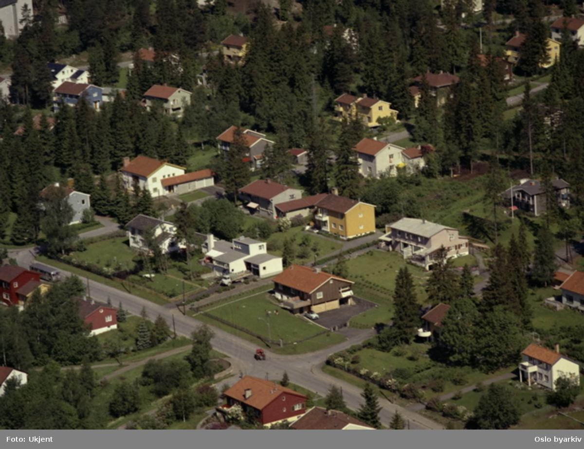 Boligområde Carl Kjelsens vei 32/34. Jansbergveien. Nilserudkleiva. Nordberg kirke og Peder Ankers vei skimtes så vidt øverst i venstre hjørne. (Flyfoto)