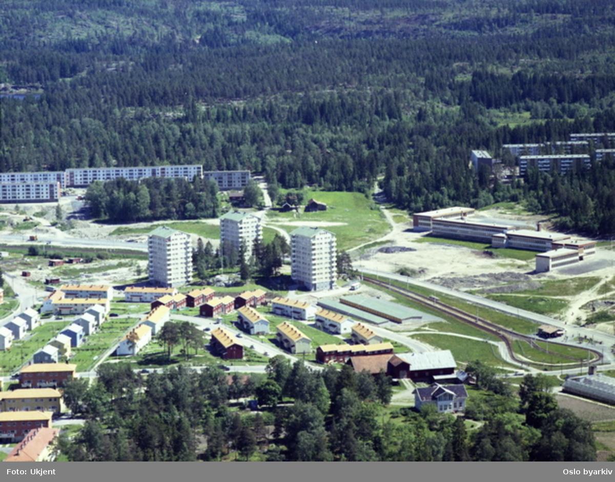 Bøler gård i front med Guristuveien, Bølersletta og Bølerbakken. General Ruges vei går bak høyblokkene. Vendesløyfa for trikkesporet til Østensjøbanen nede til høyre, og Bøler skole over denne.  .(Flyfoto)