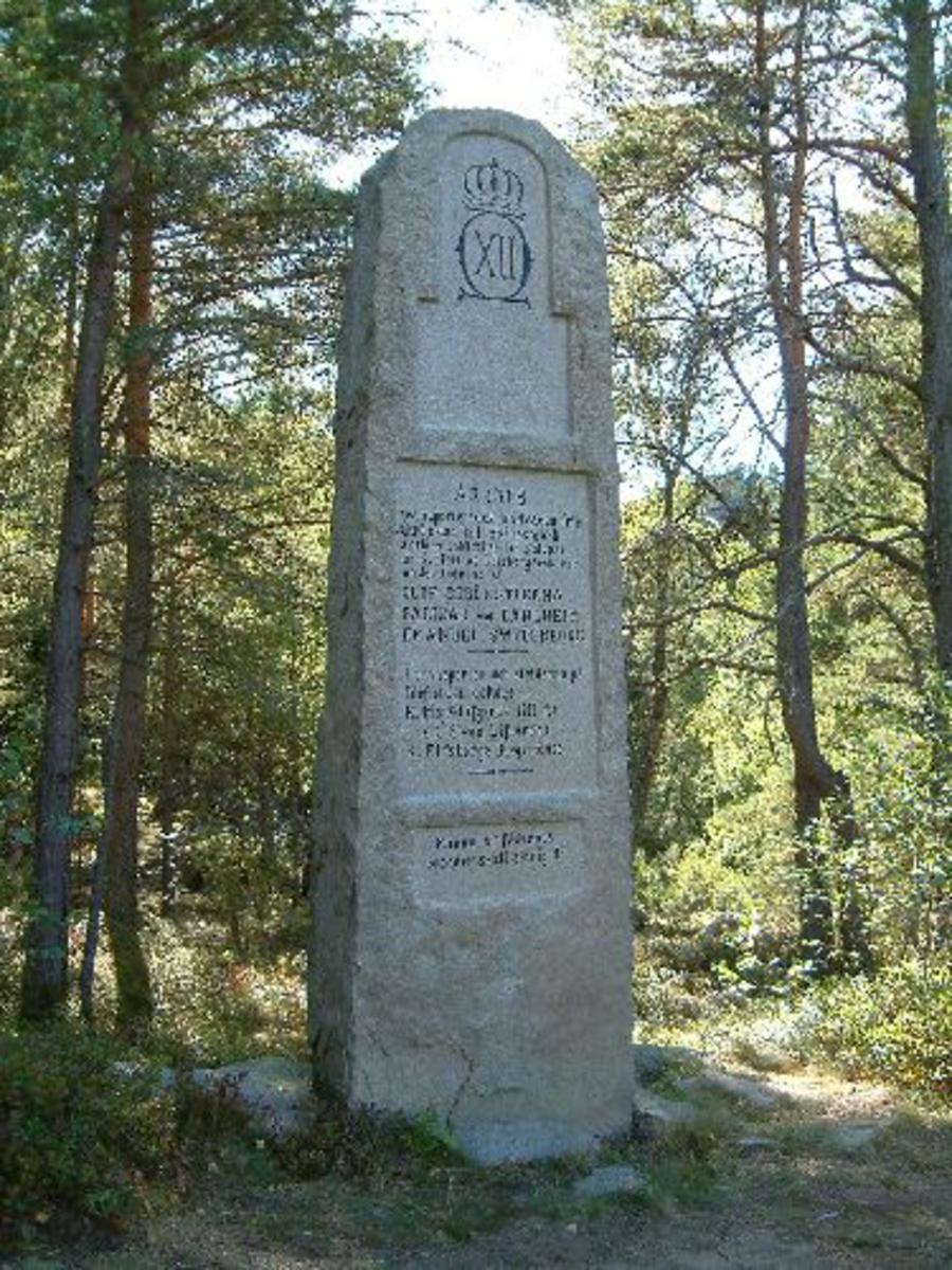 Bautastenen står på svensk side og er ca 3 m høy. Øverst på stenen er det uthogd flate med kongekrone og Carl xii monogram under. Videre er det to uthogde flater me tekst.