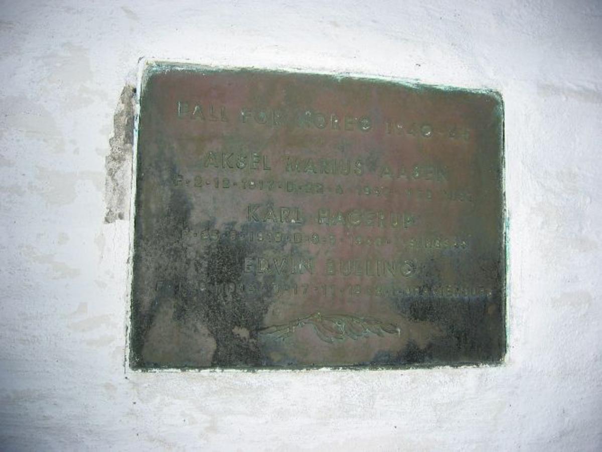 Metalltavle med opplysninger om hvem som omkom under krigen.