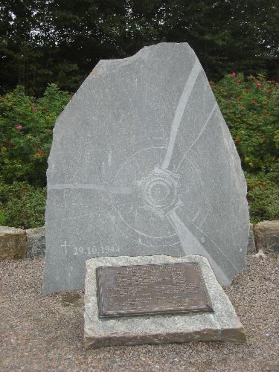 En steinplate hvor det er risset inn en propell fra et fly, samt at det er en minnestein med navn på de omkomne.