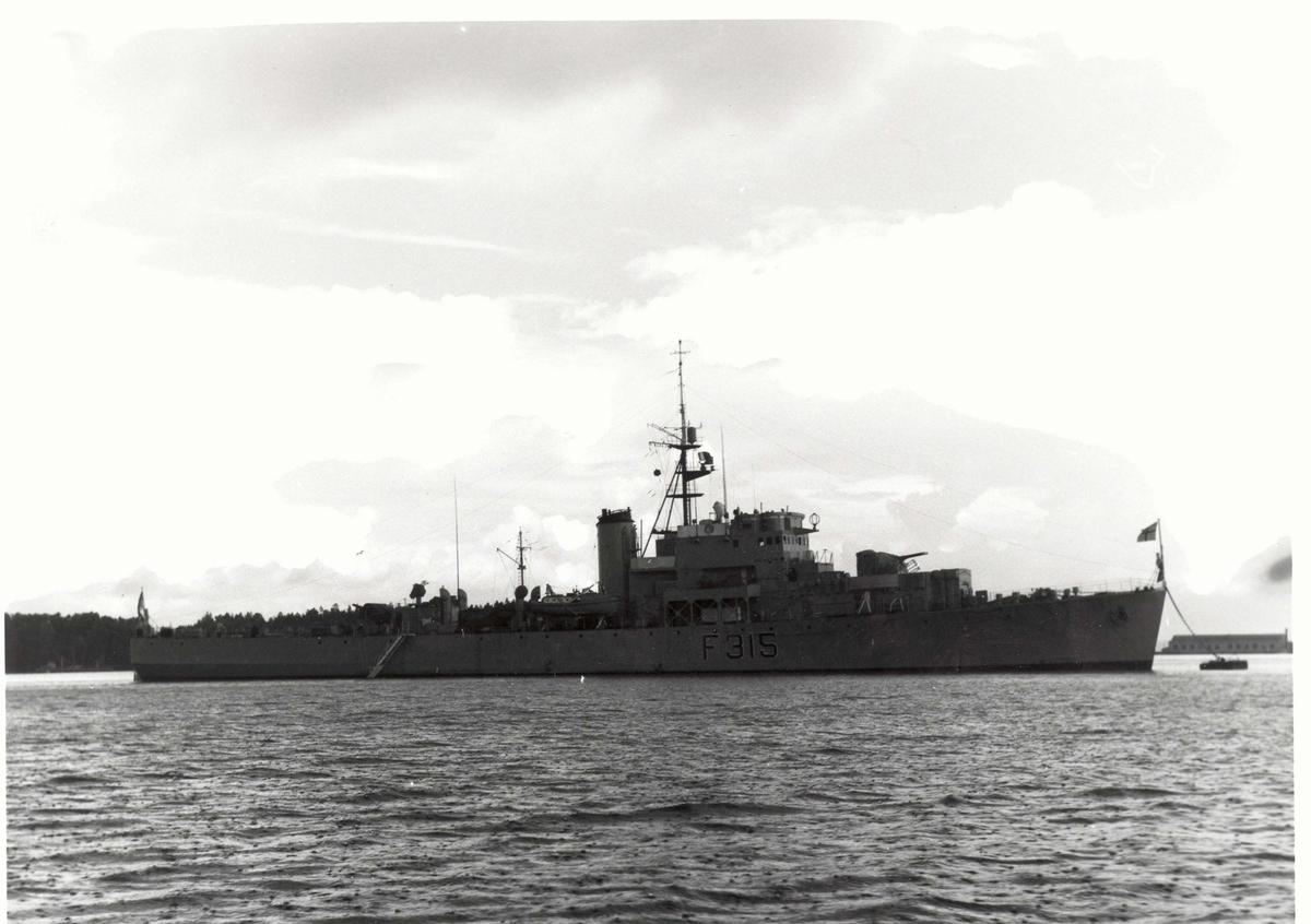 Motiv: River-kl. fregatt KNM GARM (F 315) Styrbord bredside. Motlyseffekt.