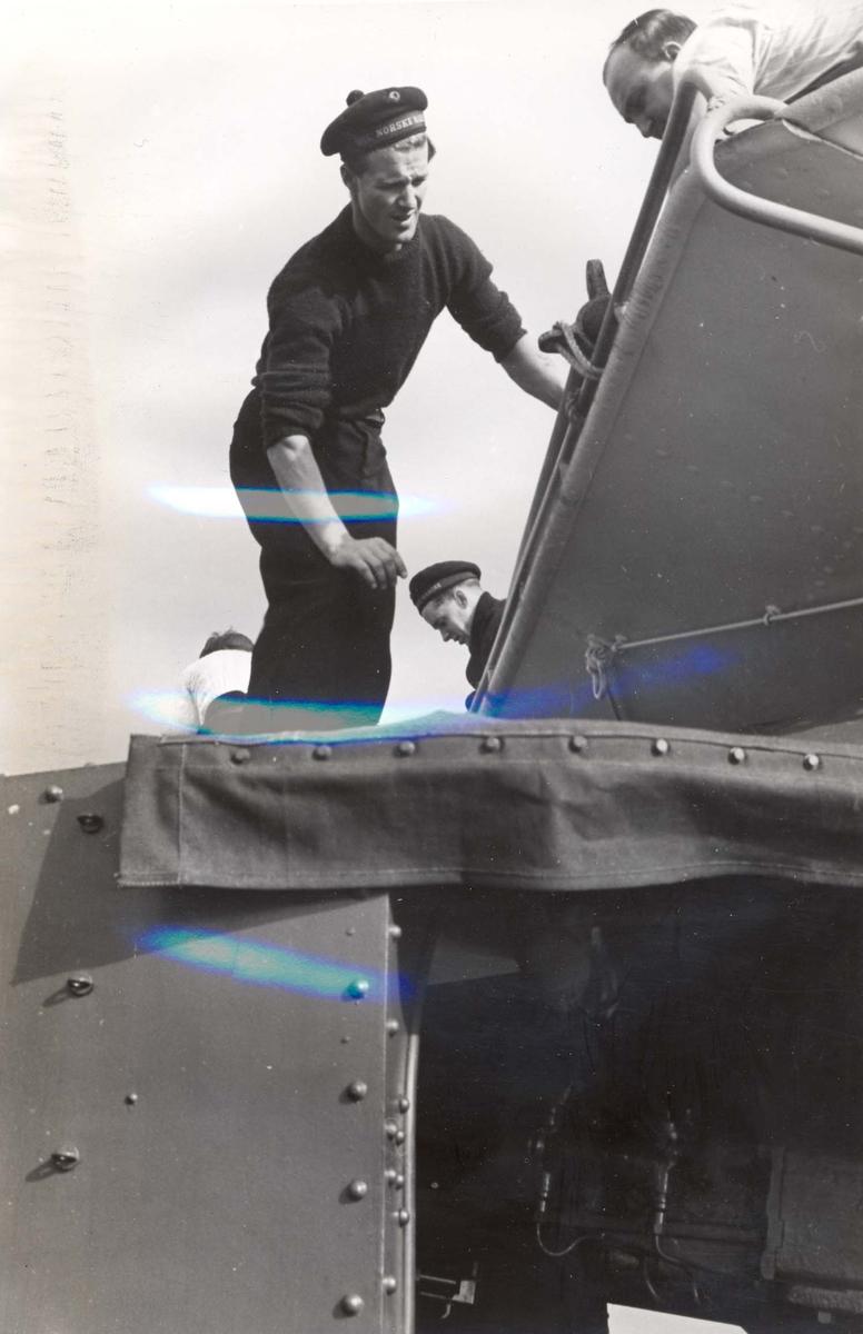 """Jageren """"Stord"""" blir overtatt av Den Norske Marine, 26.august 1943. Besetningsmedlemmer i arbeid."""