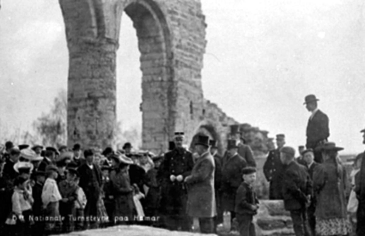 H. M. KONG HAAKON VII, MYE FOLK, DOMKIRKERUINENI forbindelse med det 6 nationale turnstevne på Hamar