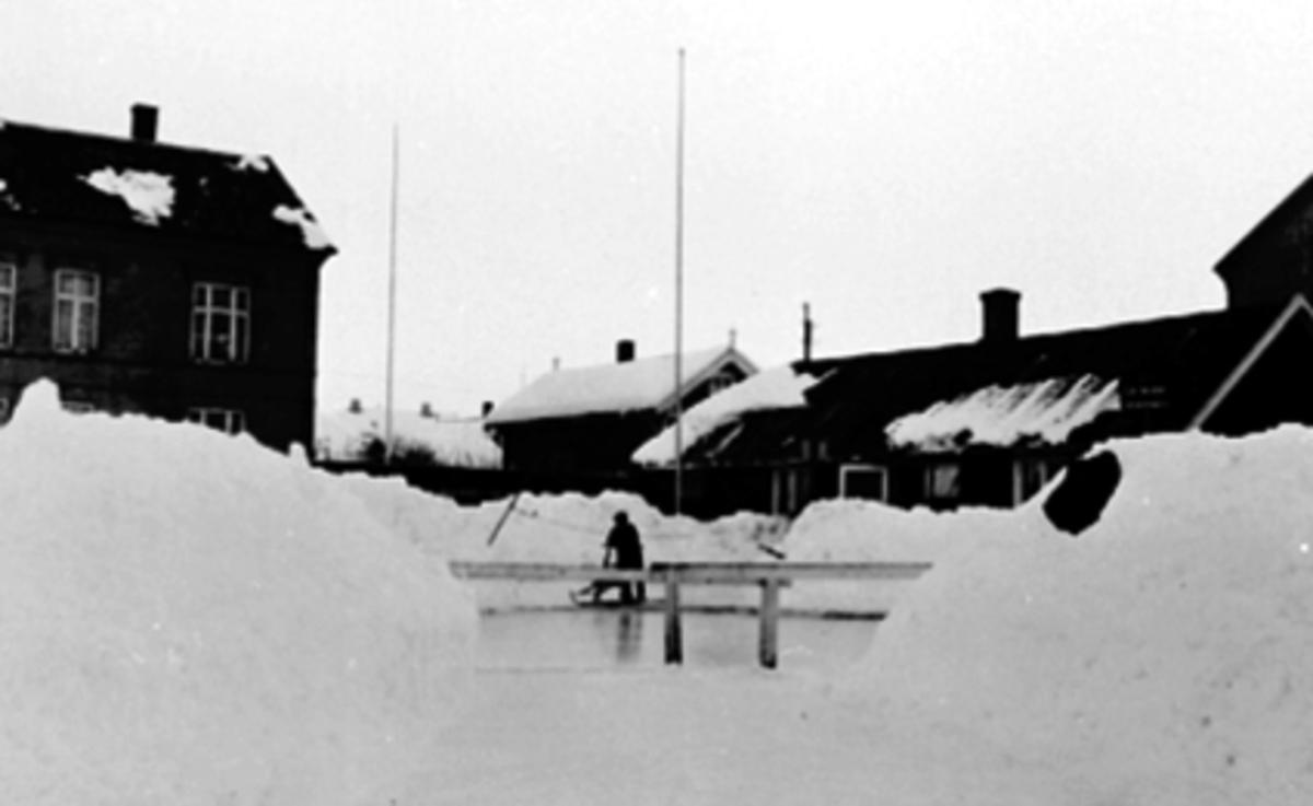 KLUBBHUSET, H. I. L. , HØYE SNØPLOGKANTER, SKILTSe Idrett i Hamar gjennom 100 år bilde nr. 197