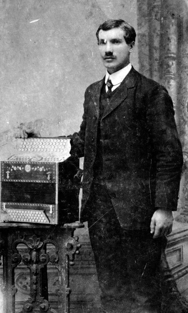 BERNT EVENSEN FRAMDAL. MED FIRERADERS TREKKSPILL, STEINSØDEGÅRDEN, RINGSAKER.  Bernt Evensen ble født 18. 09. 1888 på Tokstad-eie. Giftet seg med Oline Larsdatter Tjerne-eie(født 1895) i 1914. De fikk barna: Evald i 1914, Kåre i 1916 og Gerd i 1918. Bernt og Oline døde i spanskesyken i 1918. Sønnene Evald og Kåre flyttet til onkelen, Johan Eng og hans kone Kari på Fjellhamar. Dattera Gerd ble adoptert til et ektepar i Danmark.