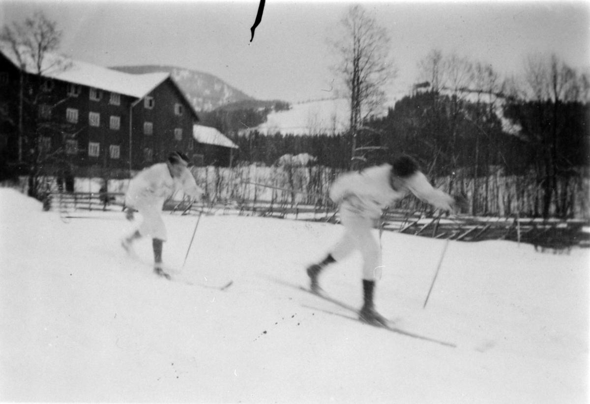 Sverre Kaashagen nr. 1 og Ove Kaashagen nr. 2, landsrenn Brumunddal i 1940-åra. Tatt ved Brumunddal Brenneri med Furnes- og Håsbjøråsen i bakgrunn.