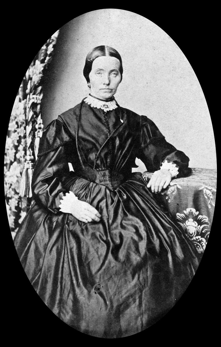Portrett av Karen Monsdatter (1821-1900). Gift med kirkesanger Kristian Herberg i Stange.
