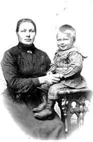 BUDEI HILDA LUND FØDT 1877, SØNNEN HELMER LUND FØDT: 1901, DØRUM