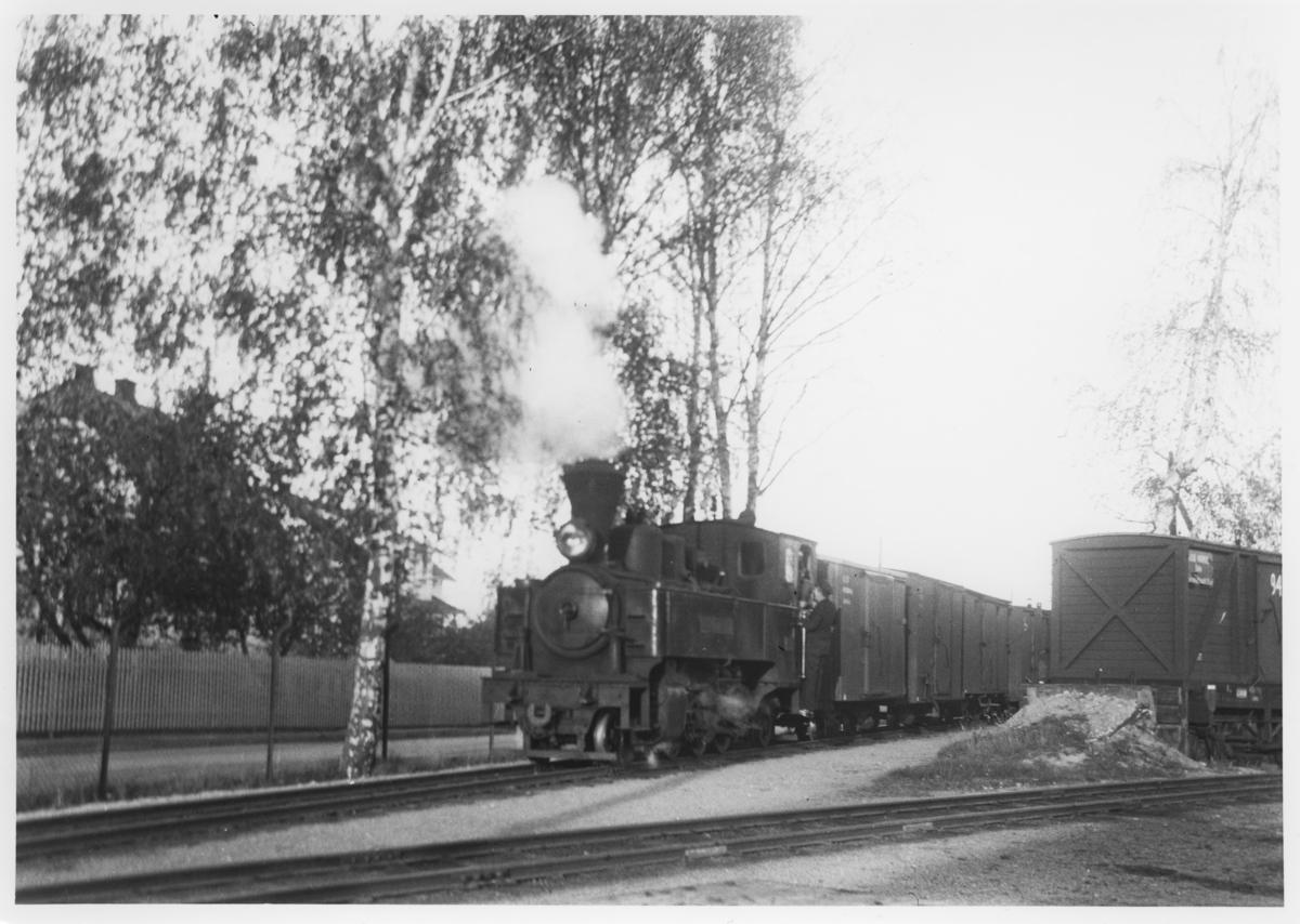 Lok 5 Bjørkelangen skifter på Sørumsand stasjon.